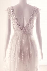 Áo cưới đính hạt đá phong cách Pháp lãng mạn- Mặt sau