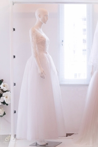 Áo cưới chữ a tùng voan, thân áo kết từ ren thêu tinh xảo
