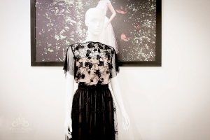 Đầm dạ tiệc kết ren bằng tay Mã KH1109. Tay áo cánh tiên mang lại vẻ thanh mảnh, bay bổng.