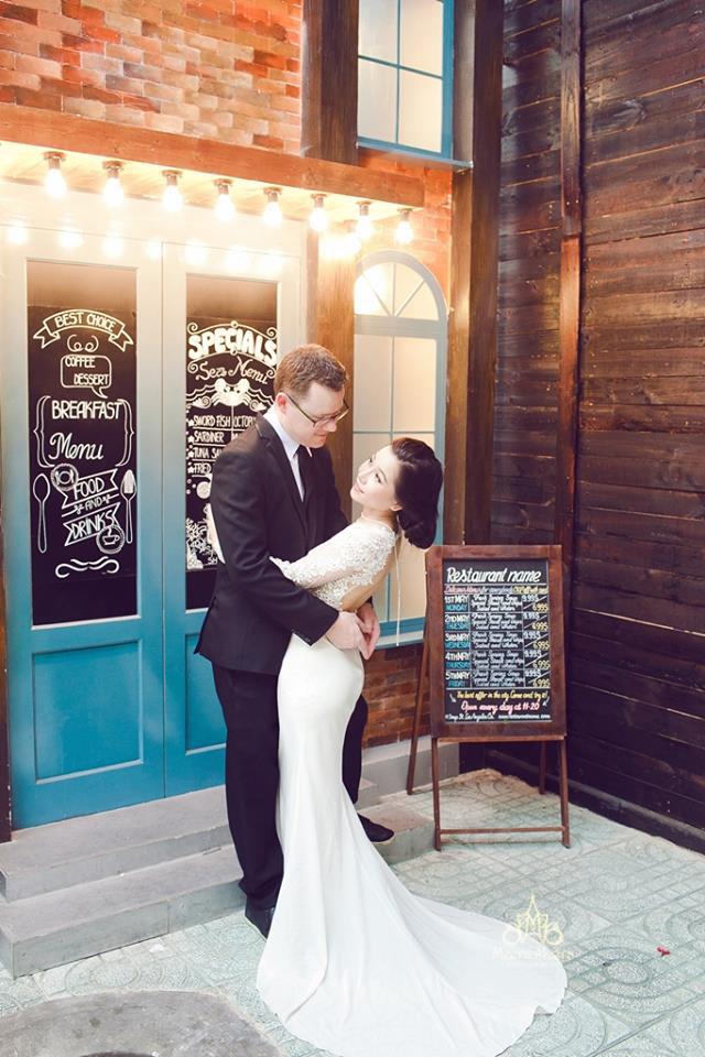 áo cưới ren nổi hở lưng sang trọng và gợi cảm